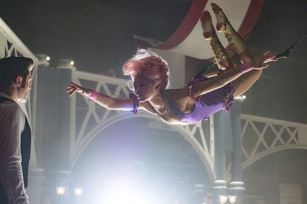 千黛亞(右)與柴克艾弗隆(左)為了拍好「大娛樂家」的這一幕,遍體麟傷。圖/福斯提