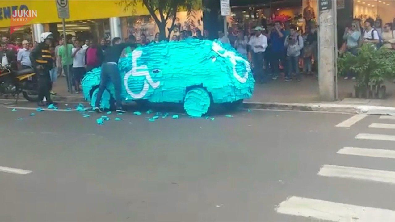 男子亂停殘障車位,愛車遭「便利貼」伺候。影片截圖