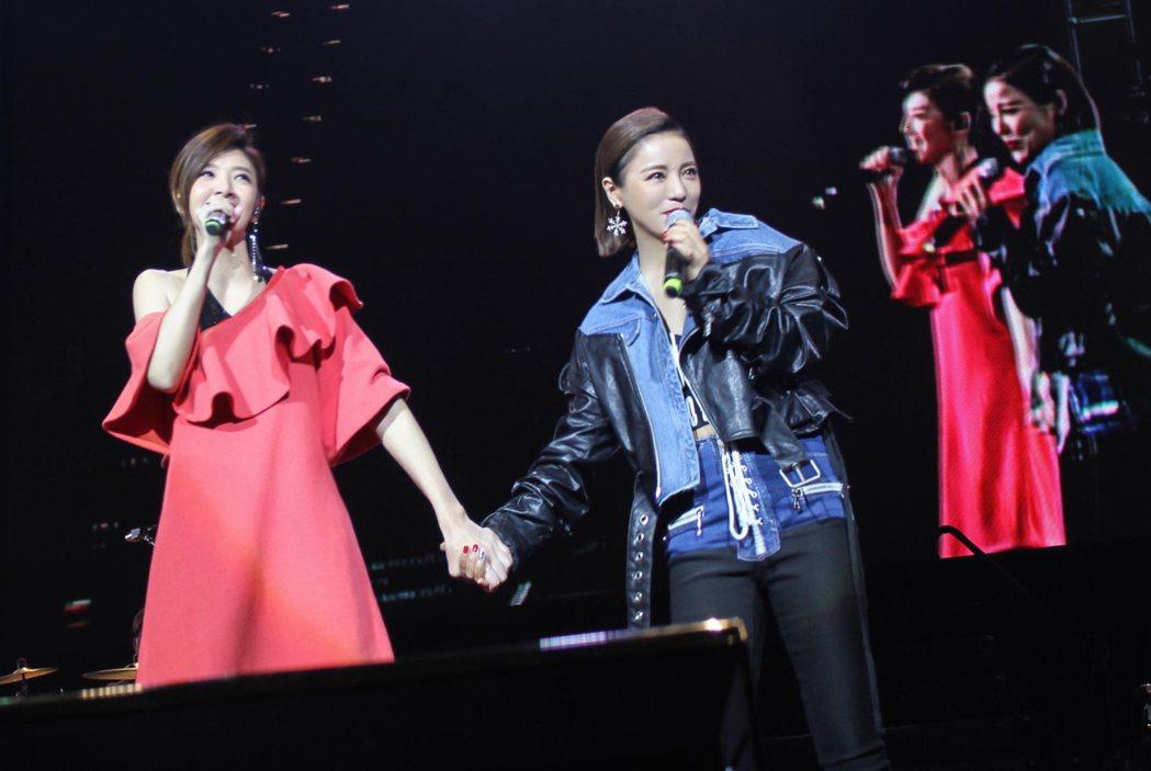 丁噹(右)和蘇慧倫牽手合唱。圖/相信音樂提供