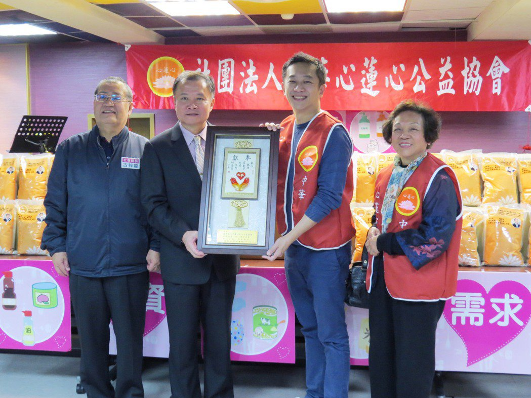 一哥陳昭榮(右二)愛心不間斷,長年做公益照顧弱勢團體。圖/中華心蓮心公益協會提供