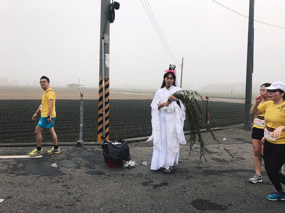 原來是這位男跑者扮裝成觀世音娘娘參加北港馬變妝組比賽。圖/跑友蔡宜庭提供