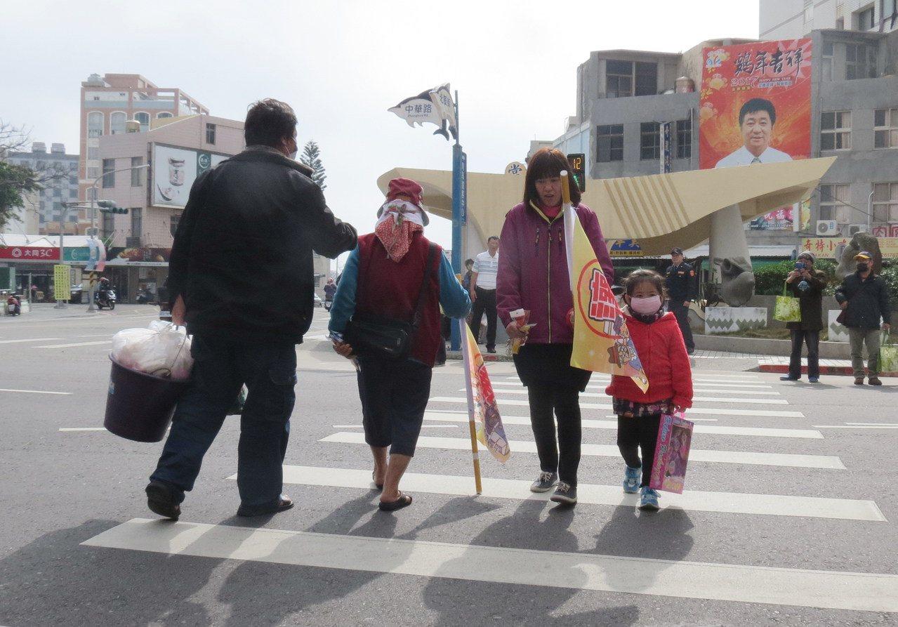 澎湖警方今在馬公市重要路口,設置「年長者及兒童優先旗」。圖/澎湖縣警局提供
