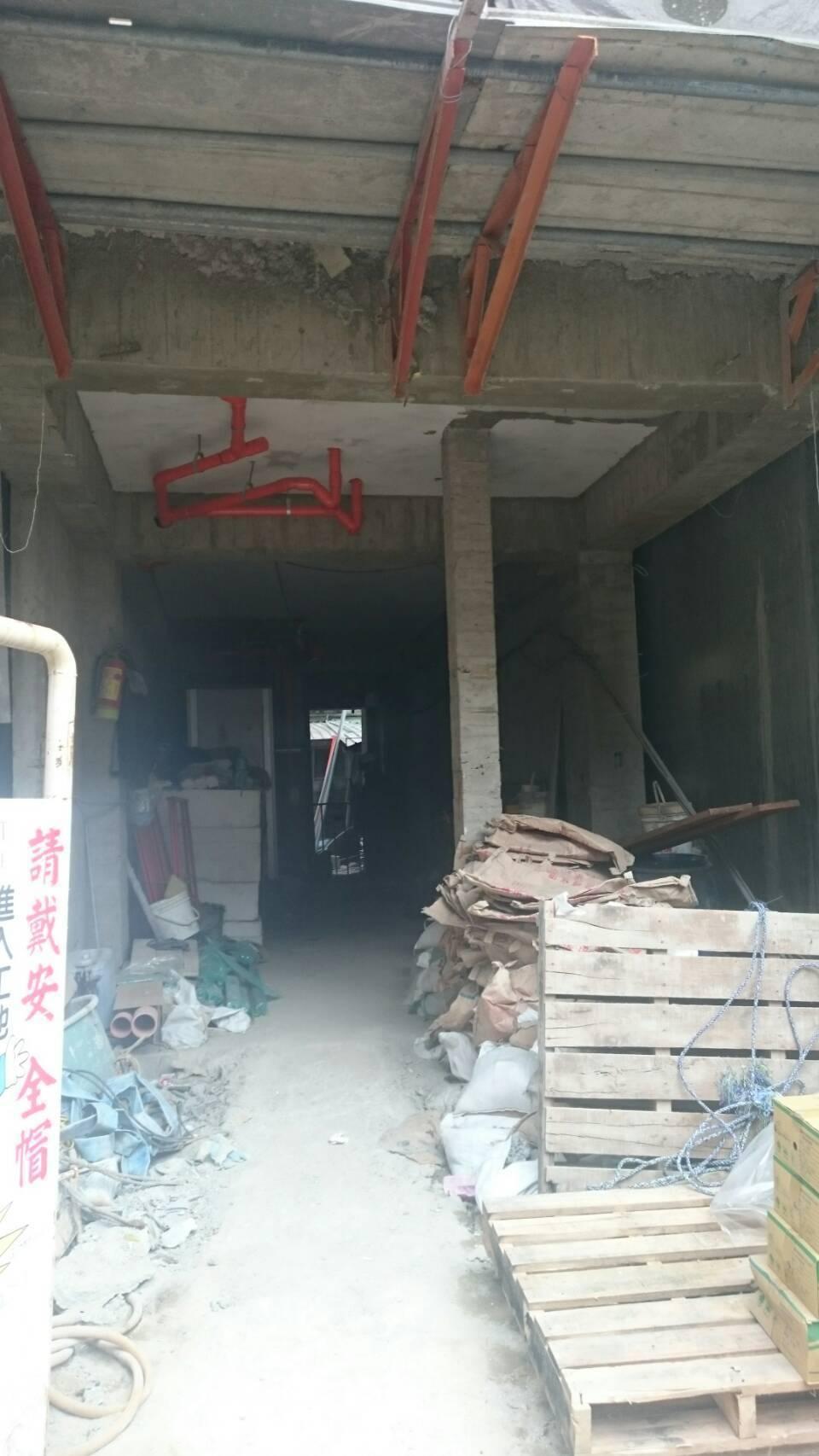 建築工地工人從5樓失足墜樓身亡。記者蕭雅娟/翻攝