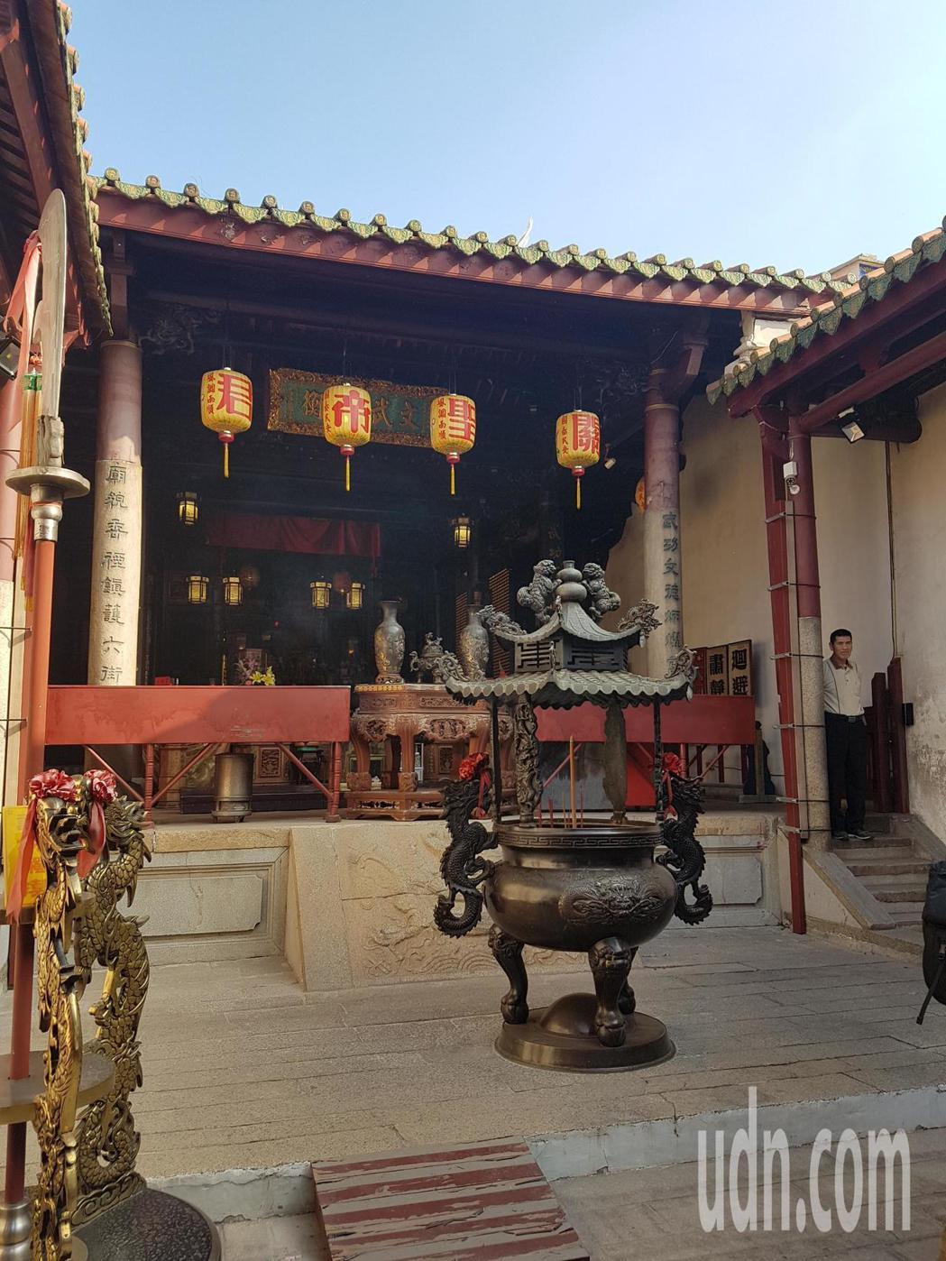 台南祀典武廟為國定古蹟,傳出關聖帝君神像頸部有裂縫。記者修瑞瑩/攝影