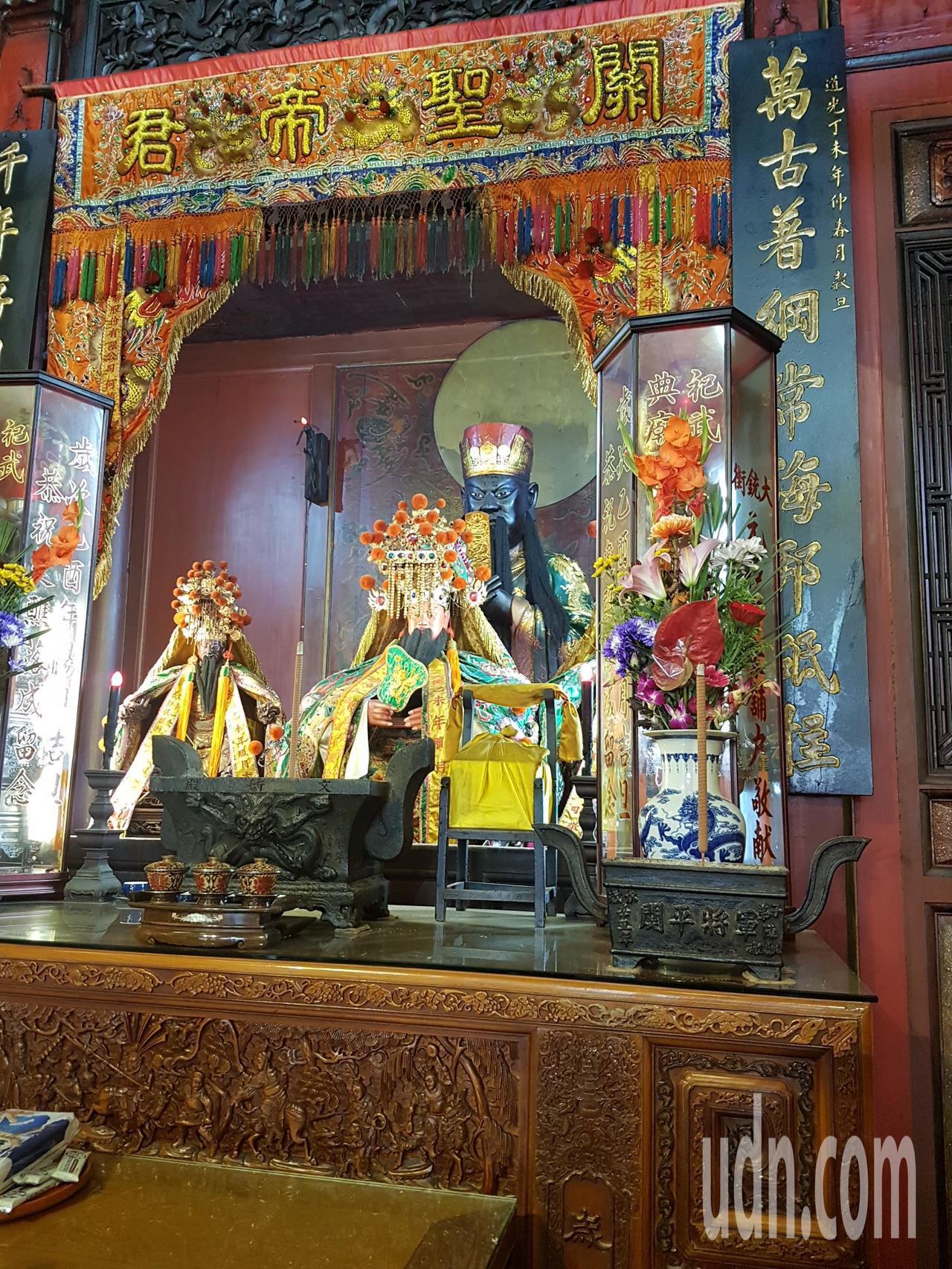 台南祀典武廟為國定古蹟,傳出關聖帝君神像頸部有裂縫(後方黑面)。記者修瑞瑩/攝影