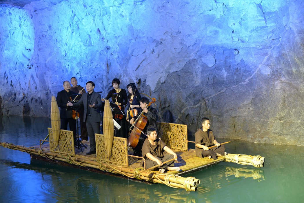「翟山坑道」是金門重要戰役史蹟觀光景點,金門國家公園每年都舉辦「坑道音樂會」,吸...