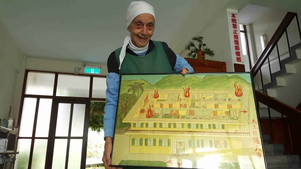 台東關山「聖十字架療養院」81歲的瑞士籍修女饒培德,30年前手繪的火災逃生圖,塵...