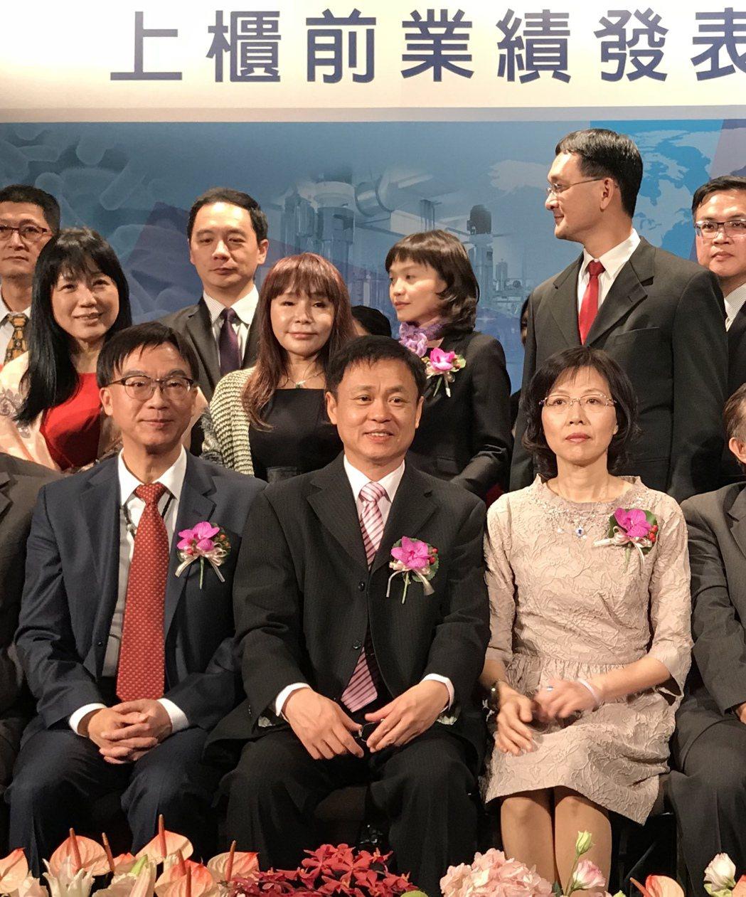 金穎26日舉行上櫃前說明會,經營團隊均出席,包括副總經理蕭興義(前排左起)、總經...