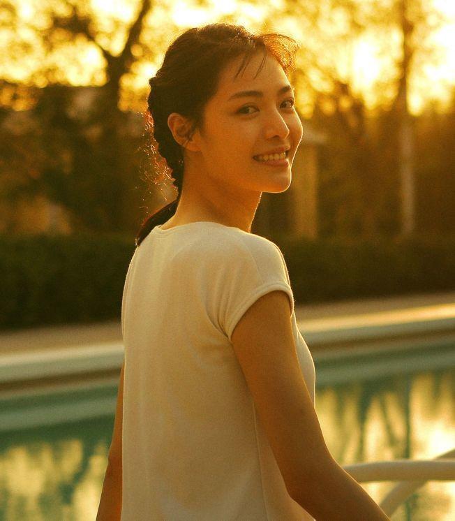 「芳華」在大陸大熱賣,女主角之一鍾楚曦聲勢水漲船高。圖/摘自微博