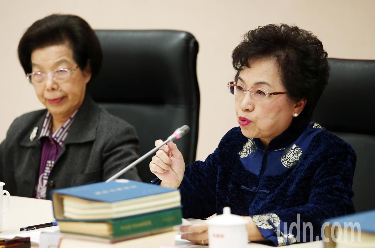 外交委員會召集人江綺雯(右)在記者會中指出行政院的南向政策的缺失。記者杜建重/攝...