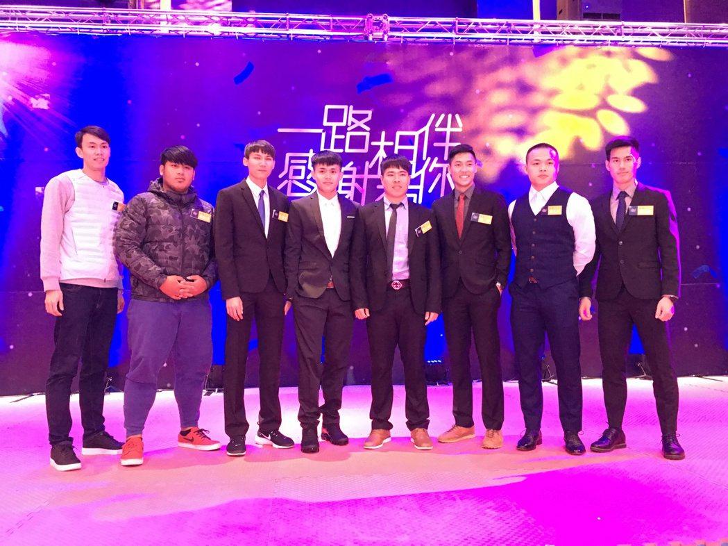 田徑代表選手穿著西裝出席感恩餐會。 記者曾思儒/攝影