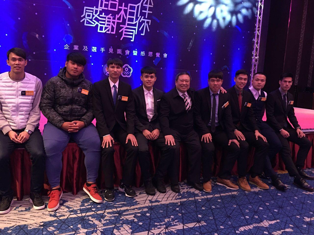 中華奧會會長林鴻道(右五)和田徑隊選手合影。 記者曾思儒/攝影