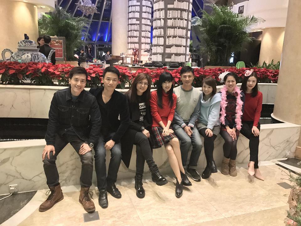 周慧敏(左四)最新耶誕節合照,依舊不減昔日「玉女掌門」丰采。圖/摘自臉書
