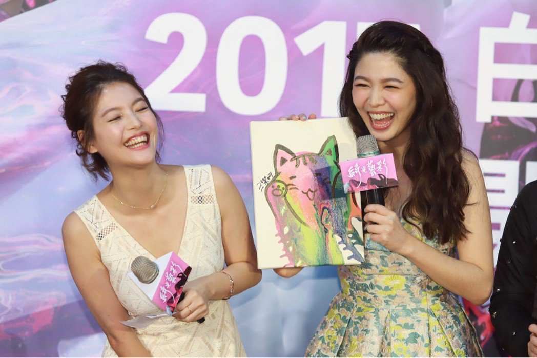 日前白家綺(右)開畫展,王樂妍熱情站台。圖/民視提供