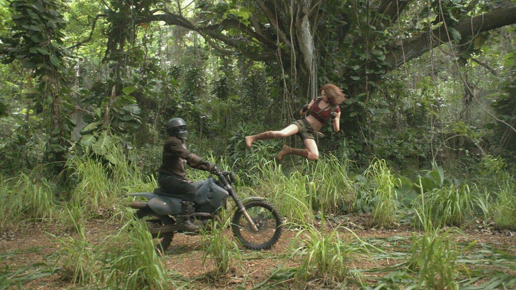 「野蠻遊戲:瘋狂叢林」動作場面不少。圖/索尼提供