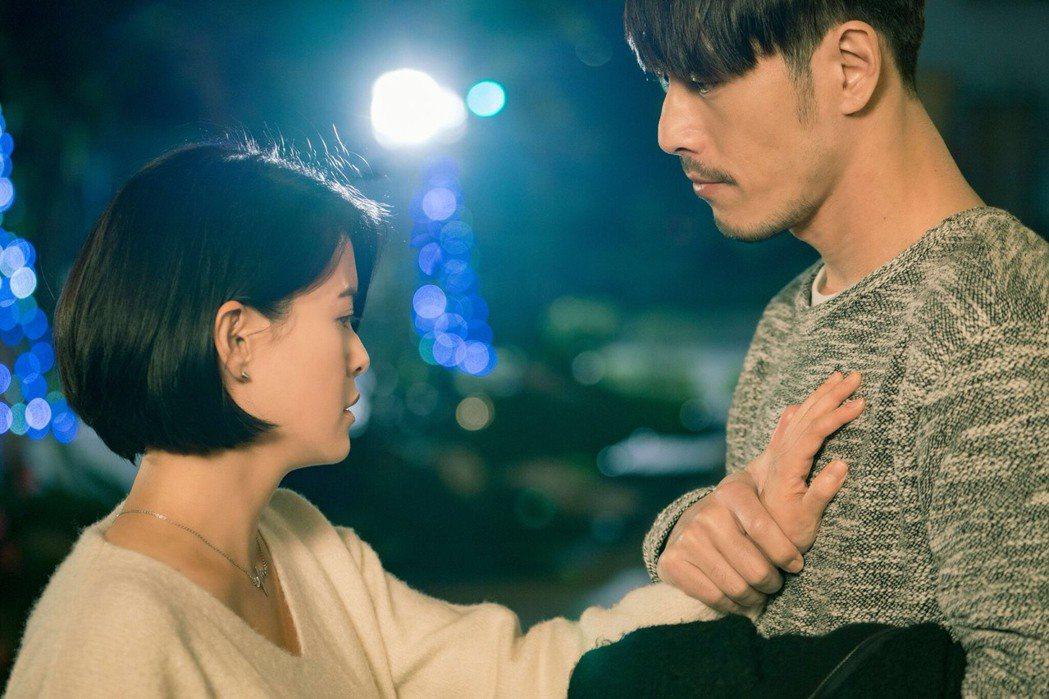 林柏妤(左)、黃騰浩拍「實習醫師鬥格」浪漫吻戲。圖/民視提供