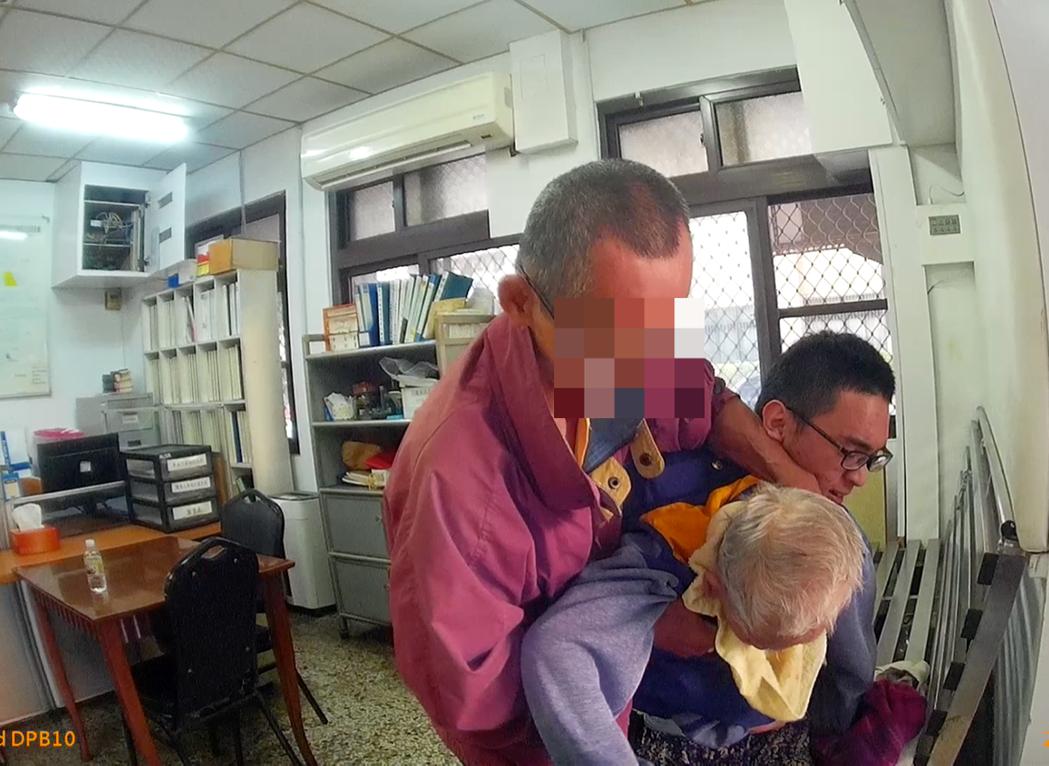 圖為員警幫噎到的老婦人進行哈姆立克法急救。記者劉星君/翻攝