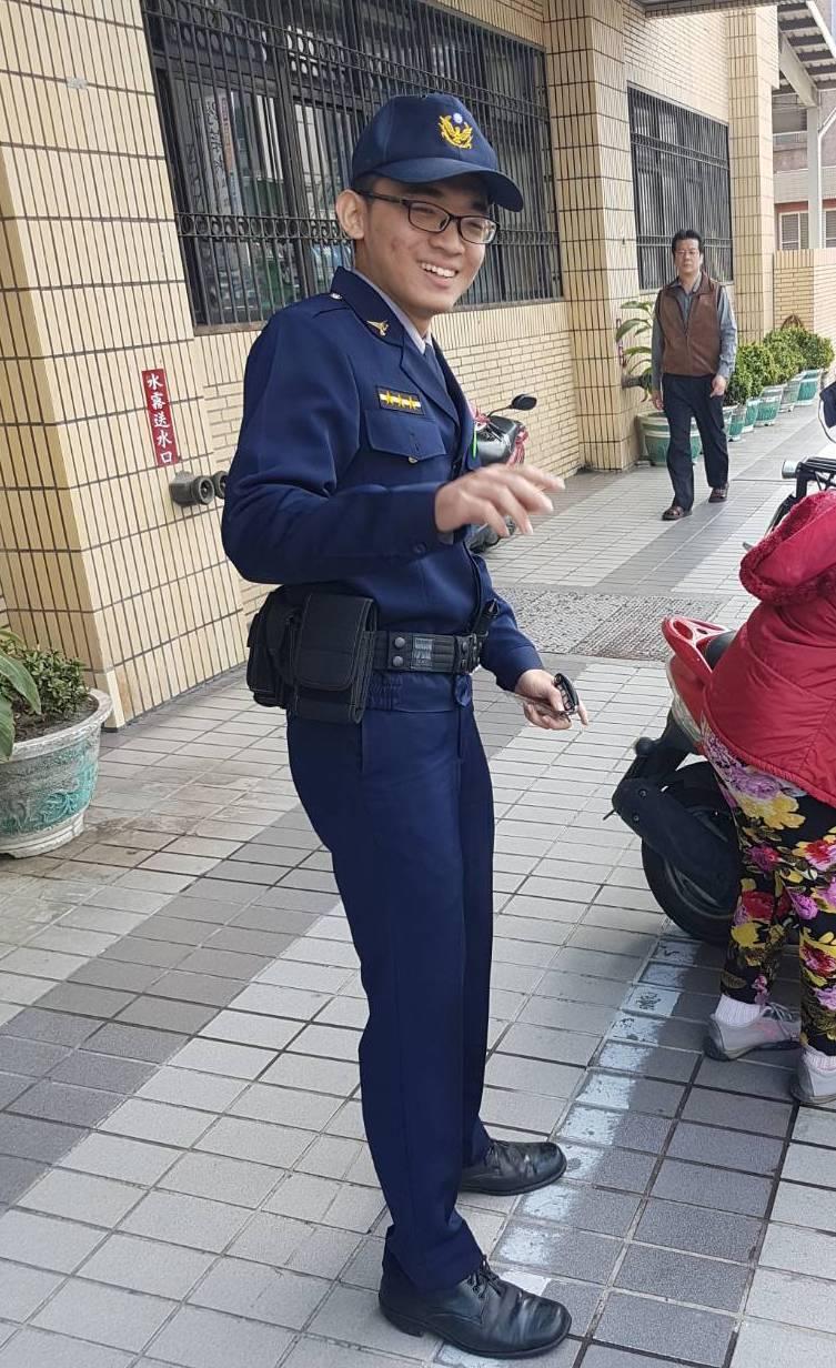 剛實習期滿的員警林琨育發現老婦人噎到後,趕緊用哈姆立克法急救。記者劉星君/翻攝