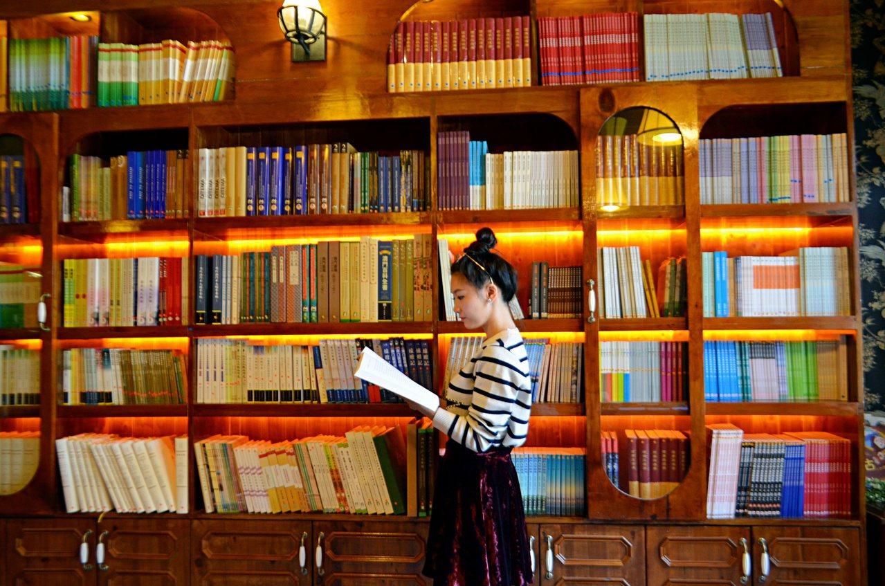 文化公所目前以書店及出版社經營,所有與澳門歷史相關的書,皆可在此找到。記者魏妤庭...