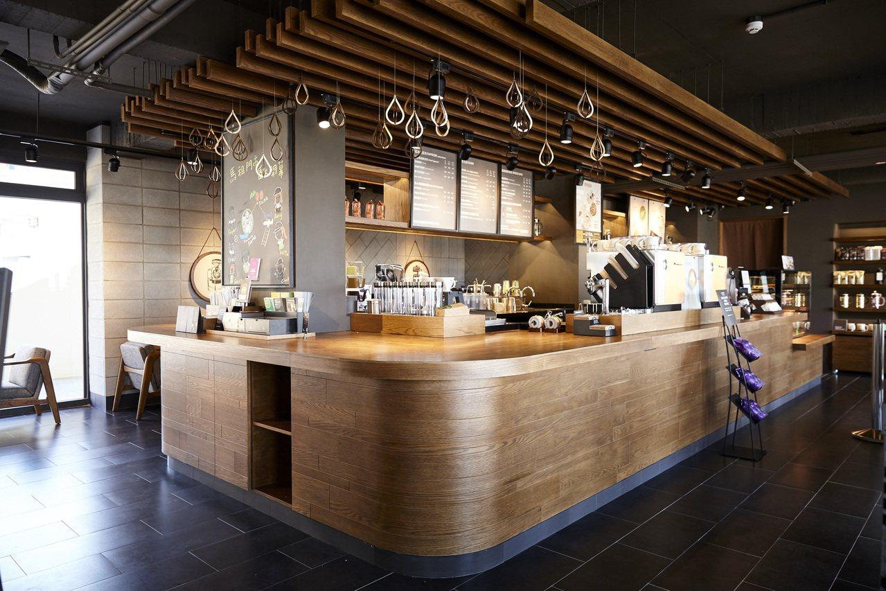 統一星巴克馬祖門市內的中島式吧檯提供一般咖啡飲品之外,還有手沖咖啡服務,吧台以穿...