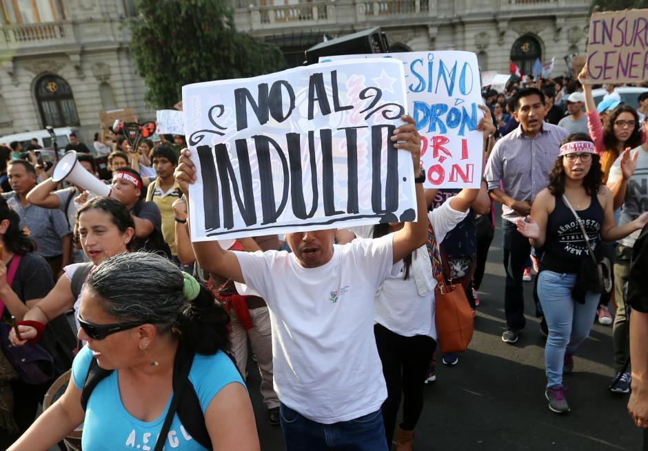 大批秘魯民眾連兩天上街抗議總統特赦藤森。路透