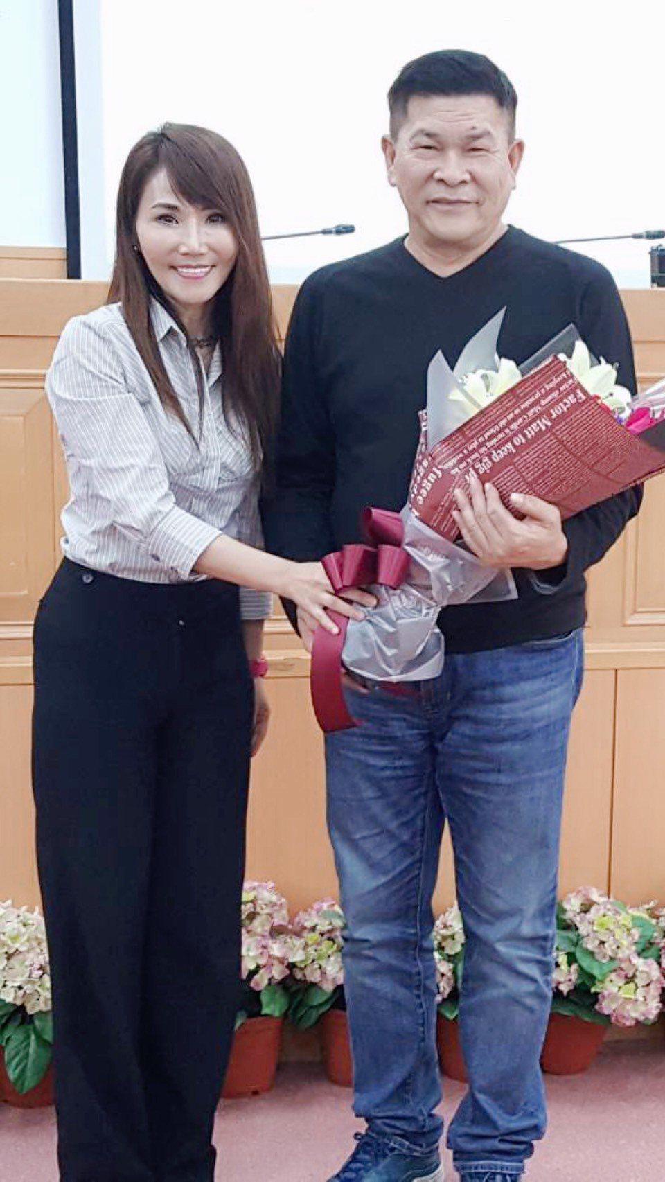 也是出身影劇圈的系主任胡曉菁(左)獻花表達歡迎。圖/遠東科大提供
