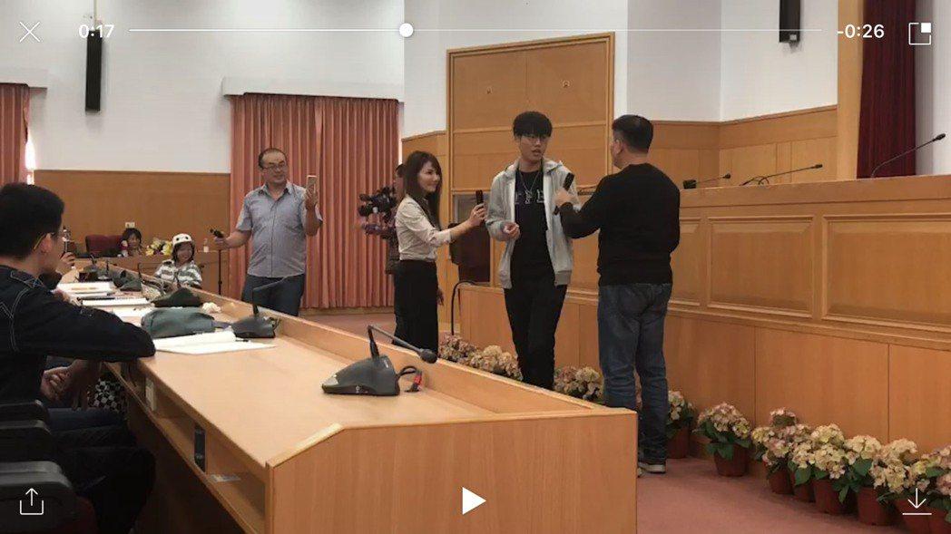 澎哥(右1側背鏡頭者)指導學生演出即興劇。圖/遠東科大提供