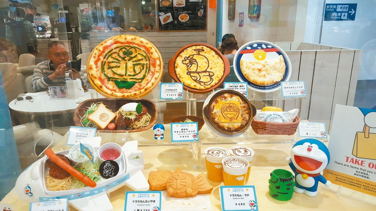 以哆啦A夢為主題的各式餐點。 記者陳睿中/攝影