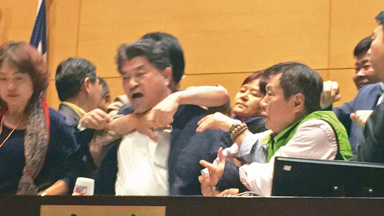 國民黨書記長李中被抓著不放。 記者陳秋雲/攝影