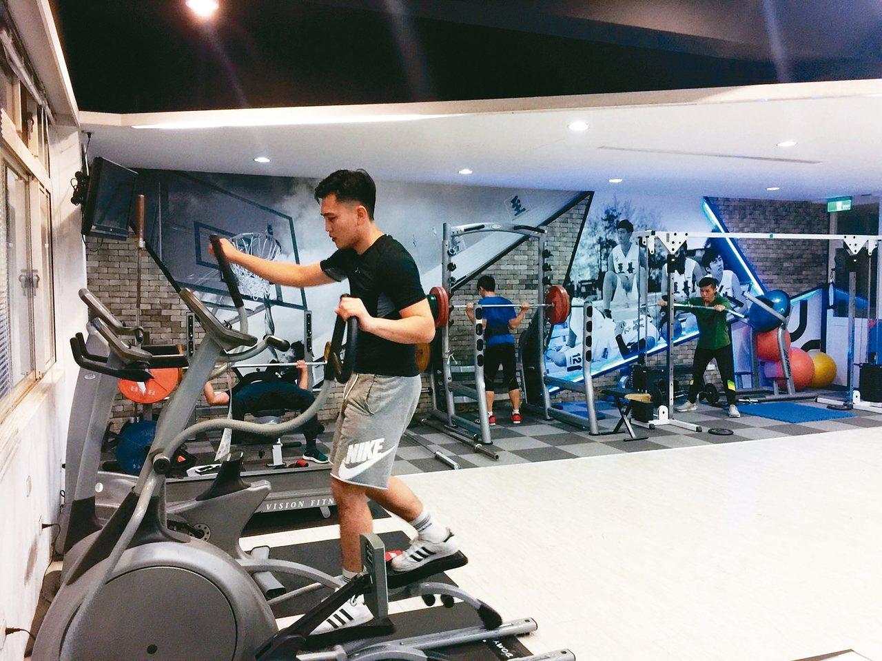 桃園市至善高中「大力士健身房」,開放全校師生使用。 記者許政榆/攝影