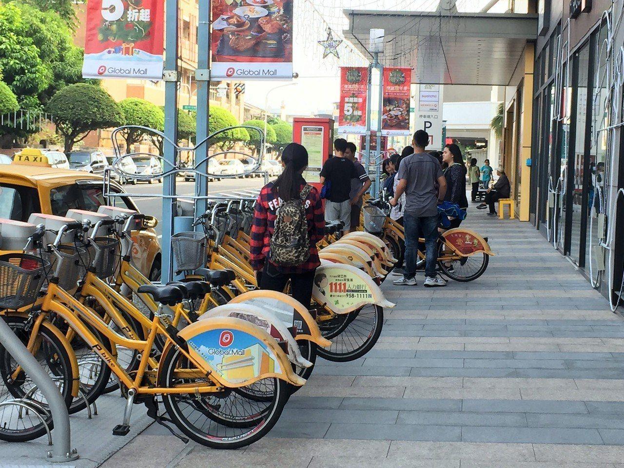 屏東公共自行車目前收費方式是前半小時免費,明年仍維持原收費方式。 記者翁禎霞/攝...