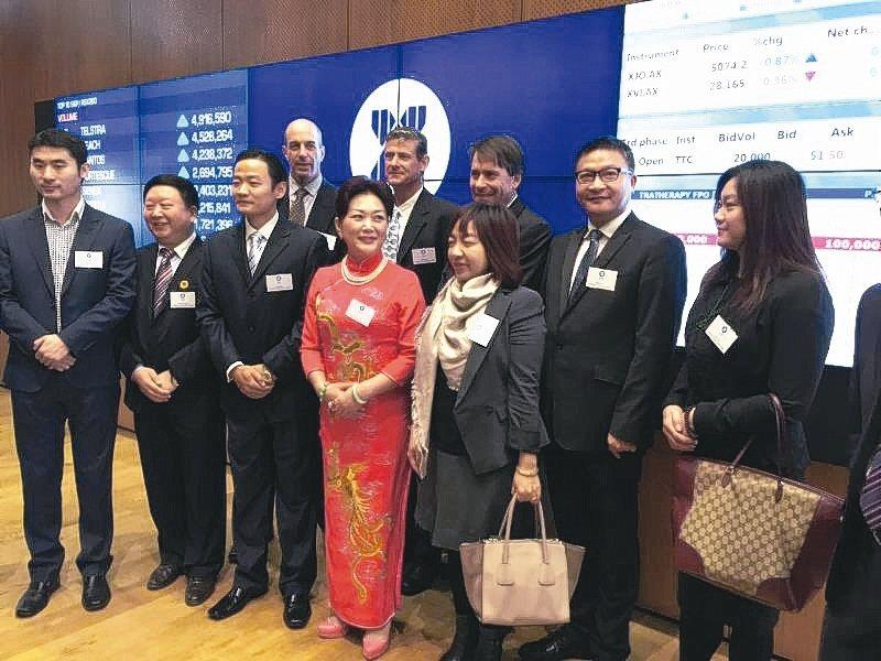 展騰投資集團董事長高健智(後排右二)出席重慶富僑在澳大利亞證券交易所的活動。 展...