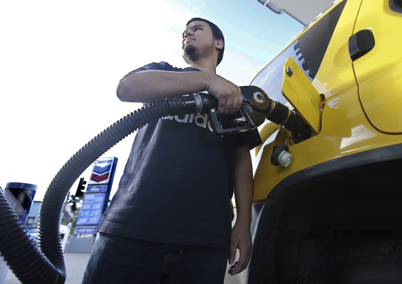 油價周二急漲至兩年半高點,西德州原油期貨觸及每桶60美元,主因受利比亞一條輸油管...