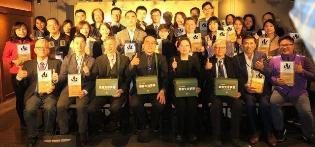 106年創意生活產業授證表揚新案與續約業者,前排 (左一)台灣優格餅乾學院總經理...