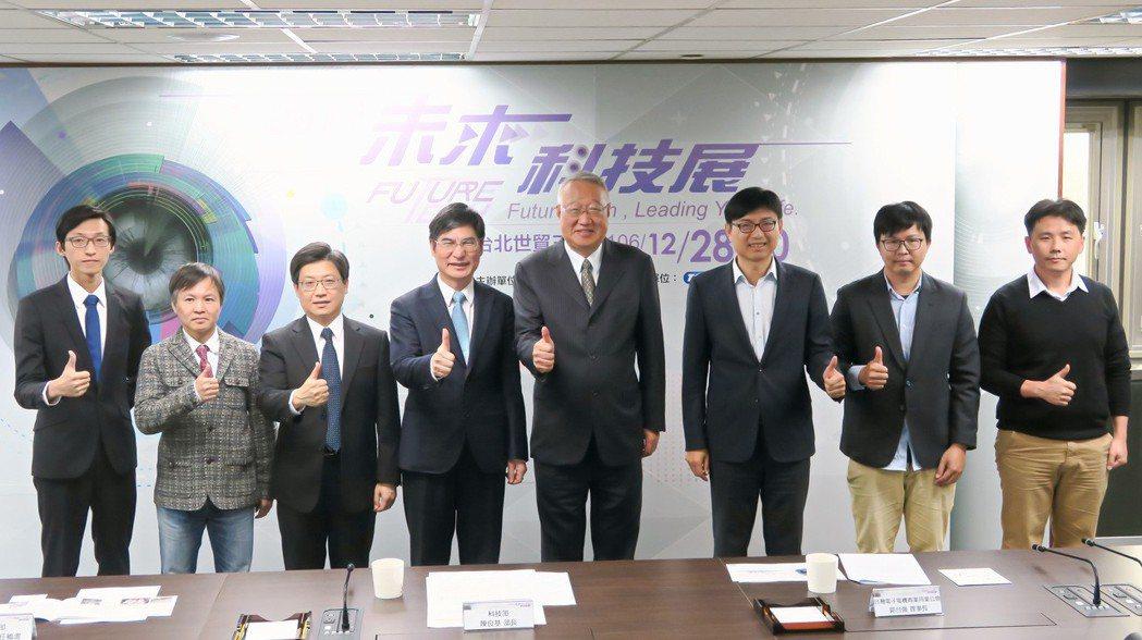 未來科技展展前記者會,國立成功大學博士李偉鵬(左起)、國立交通大學副教授朱英豪、...