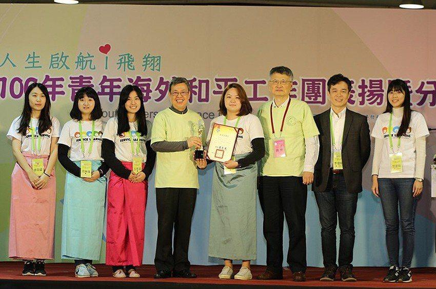 「中原大學柬埔寨海外志工隊」榮獲教育部「青年海外和平工作團」金獎,並與副總統合照...