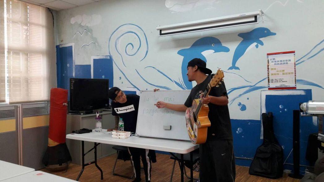 講師介紹母語歌謠與常用語法。 圖/高苑科大提供