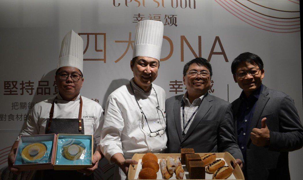 宋宗龍總經理(右二)、日本麵包大師「小倉孝樹」(左二)展示奇美食品新烘焙品牌幸福...