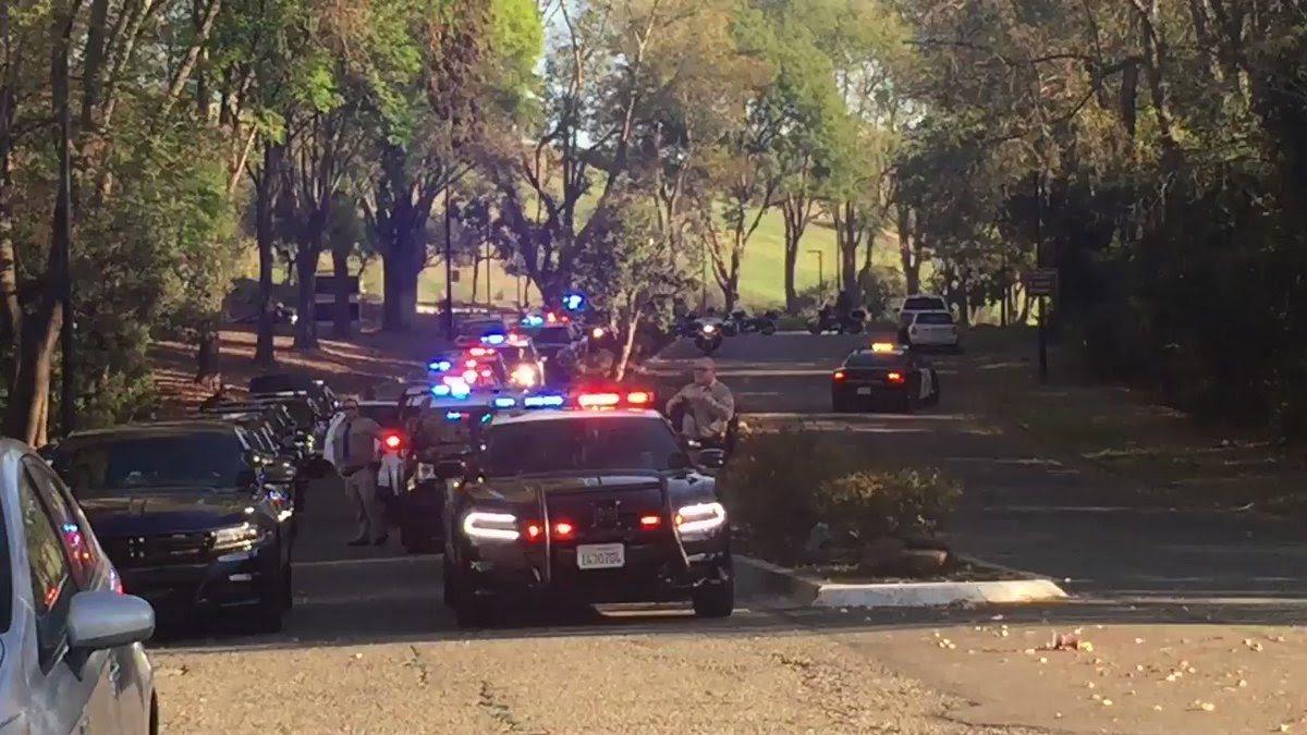 卡米萊利24日深夜坐在巡邏車內在880公路入口匝道旁遭撞致死,遺體26日下午由巡...