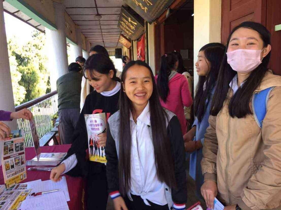 學生於學校攤位索取文宣並聽取說明,氣氛融洽。 圖/僑委會
