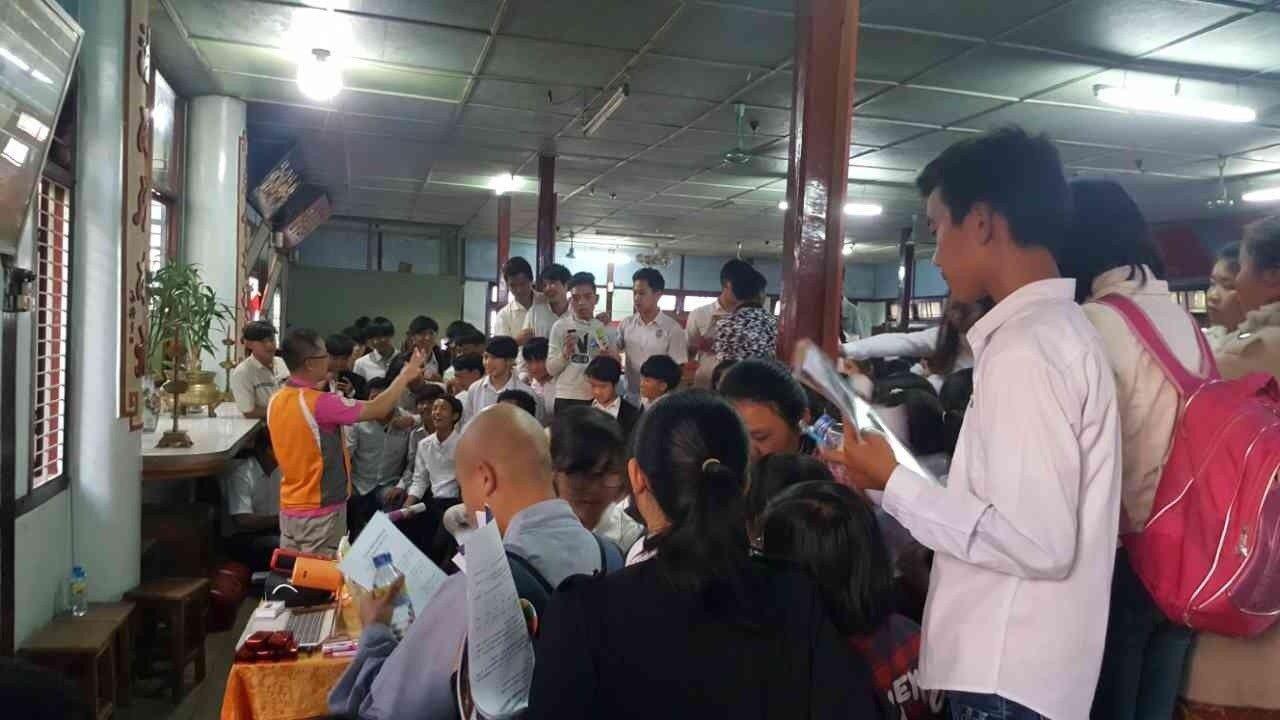 當地師生於學校攤位前認真聽取校方說明各校特色及課程安排。 圖/僑委會