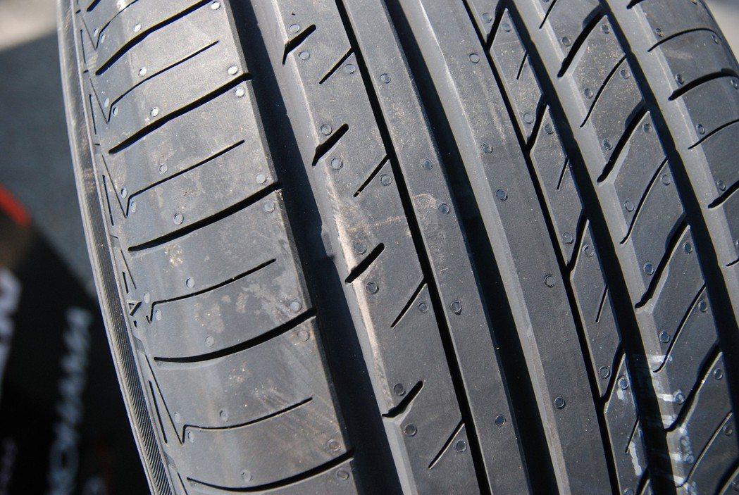 V552 透過 144 種小胎塊設計,結合相差僅 1mm 且非連貫的細小槽溝,來分散輪胎與地面接觸時所產生的噪音,提升排水與抑制偏磨的效果,並較前款 V551 可減噪大約 30%。 記者林鼎智/攝影