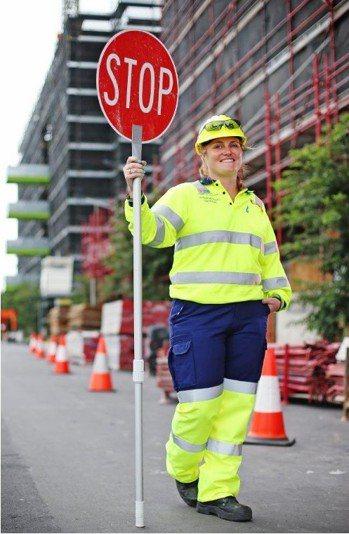 澳洲女子多塞特從事交通舉牌的工作,一年可讓她賺進超過300萬台幣。圖擷自英國每日...