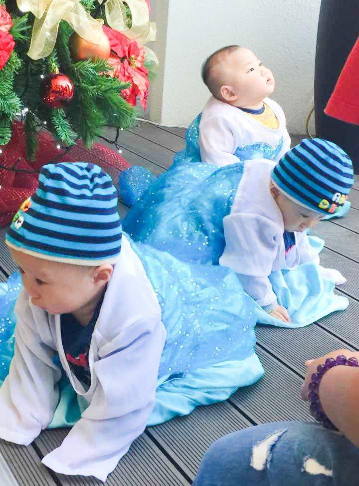 這麼小的baby也穿著艾莎公主的衣服,超可愛。 攝影/張世雅