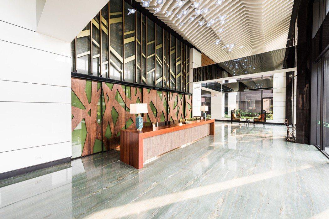 陽光透過大片落地窗灑進挑高6米8的大廳。 圖片提供/京城建設