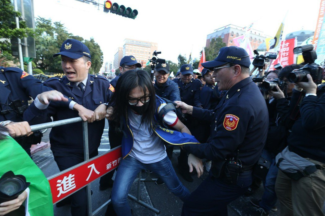 反對勞基法修惡大遊行,行經行政院隊伍即停止,和警方爆發激烈推擠衝突。到了深夜,有...