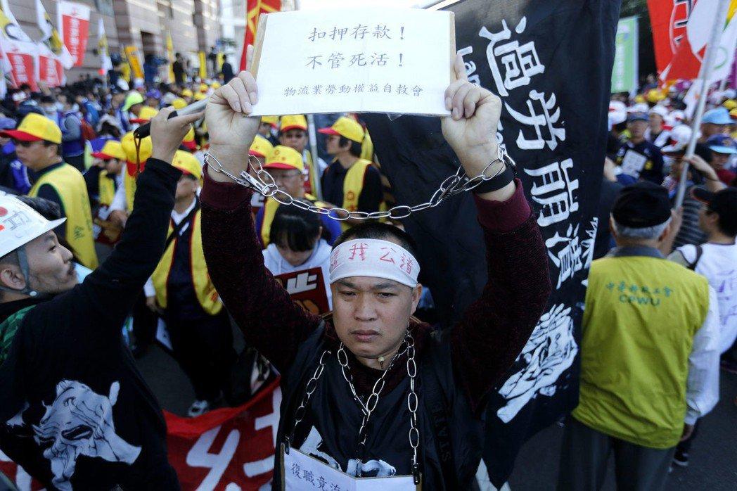 反對勞基法修惡大遊行,12月23日下午在民進黨中央黨部集合出發,許多勞工團體到場...