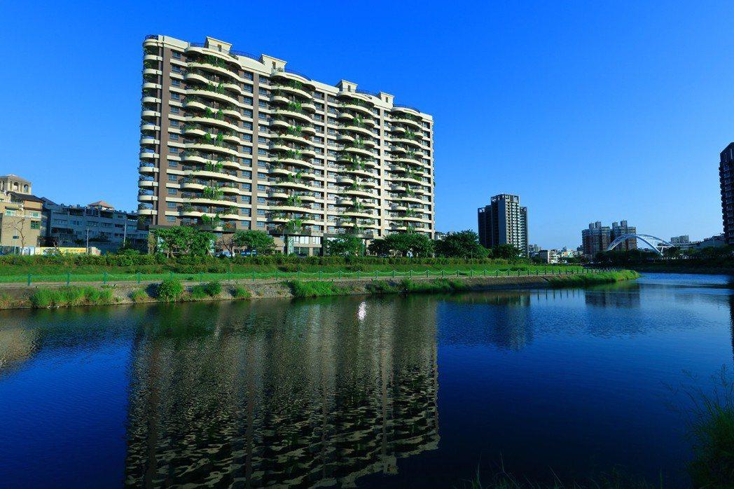 「樹河.院」以臨河第一排大面寬氣勢,規劃空中花院大陽台,打造植森建築美學地標。 ...