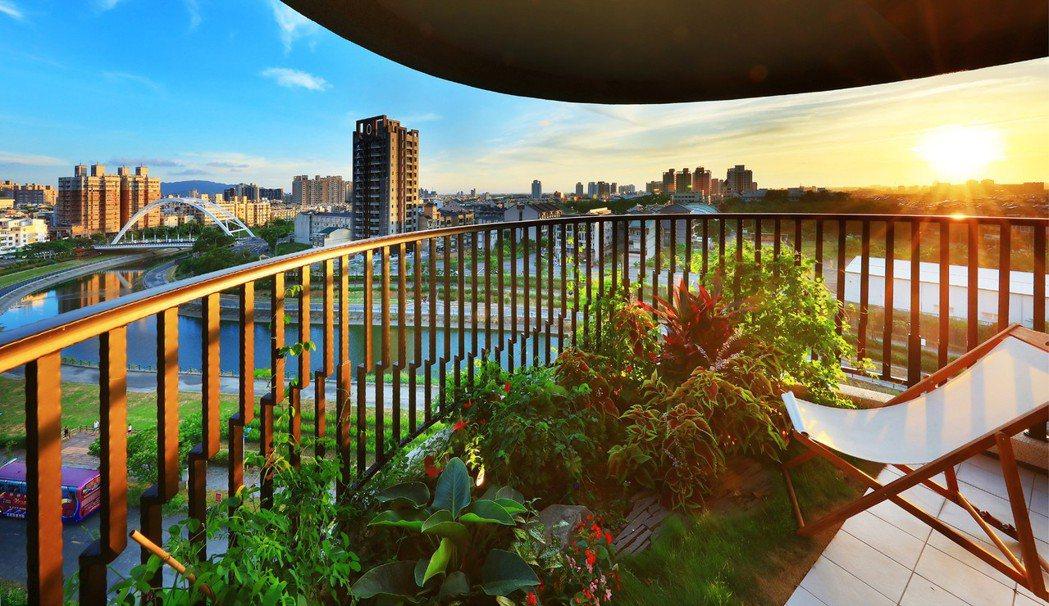 深達3米的水波曲線景觀大陽台,將花園庭院的慢活景緻移至空中,對影壯麗河岸,獨擁水...