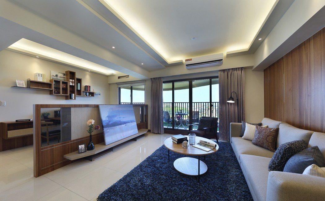 「樹河.院」4房客廳,望向陽台綠意與窗外無遮景觀;昭示格局不只是氣度,更在眼界所...